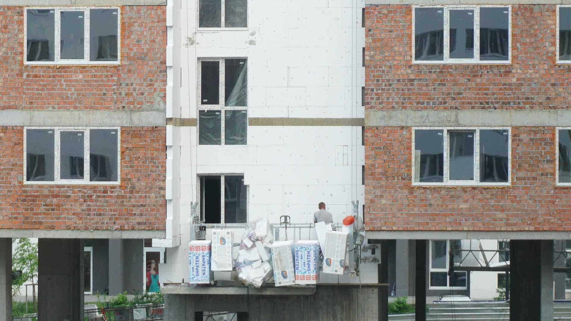 В першій секції будинку В-1 завершено монтаж вікон