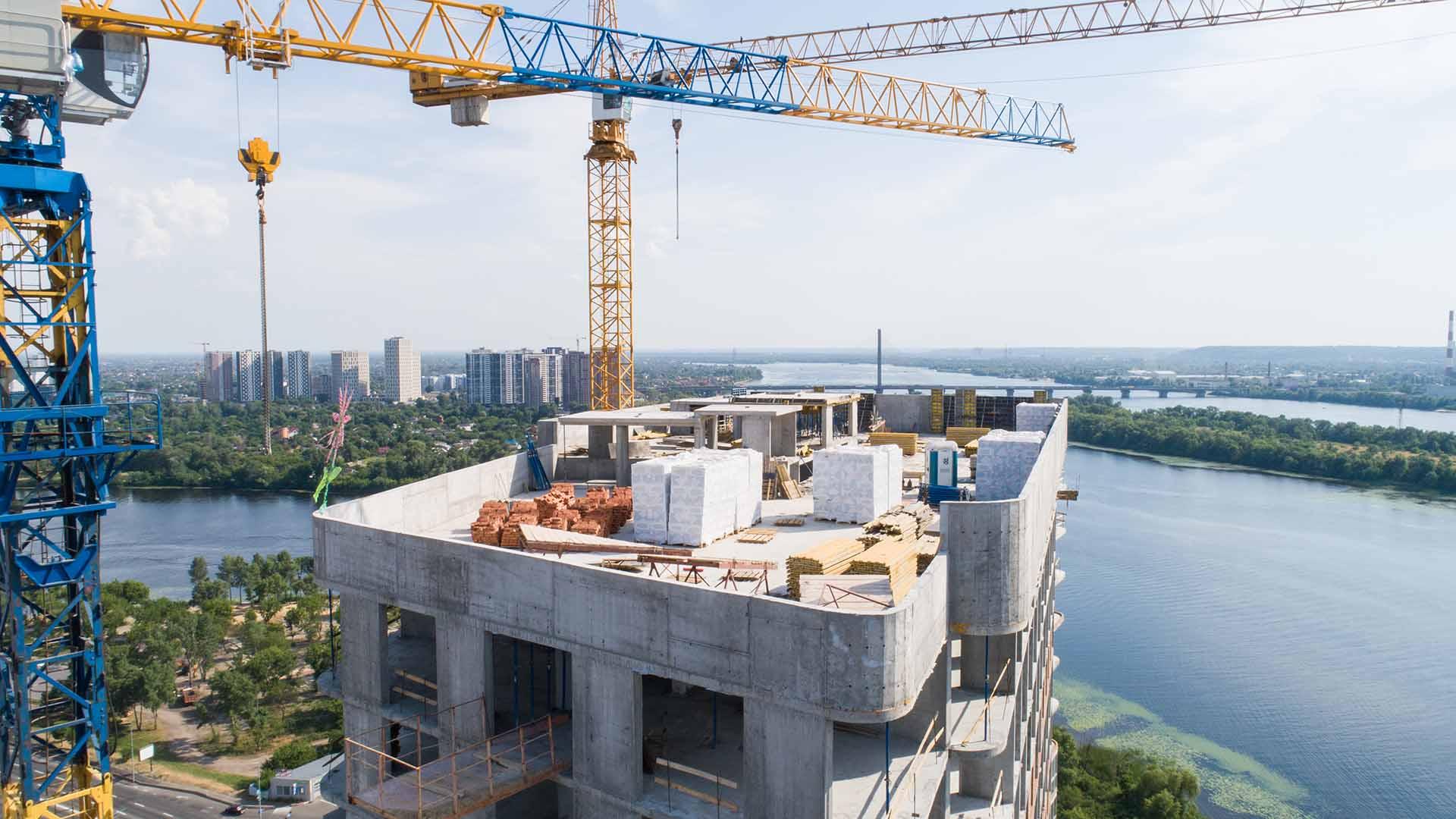ЖК «Берег Дніпра»: на даху триває мурування вентиляційних каналів