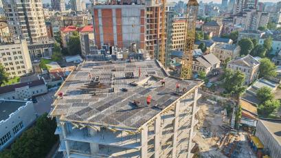 ЖК «Львівська Площа»: у першій секції другої черги триває заливання плити перекриття 11 поверху