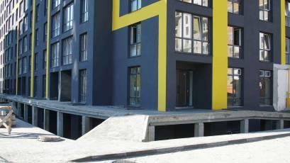 В першій черзі завершено оздоблення фасаду цокольного поверху