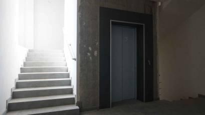 ЖК «Америка»: в доме Д-2 завершено оформление лифтовых порталов керамической плиткой