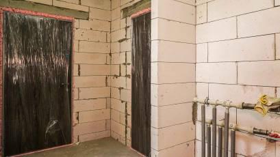 В другій черзі завершується встановлення вхідних дверей у квартири