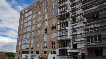ЖК «Америка»: у будинку Д-1 триває монтаж вікон