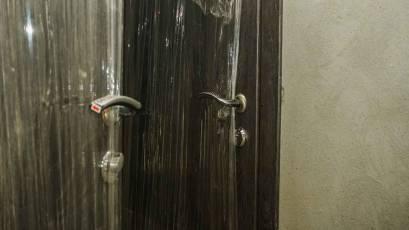 В будинку В-2 триває облаштування вхідних дверей у квартири