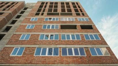 ЖК «Америка»: у будинку В-2 триває монтаж вікон