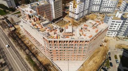 ЖК «Америка»: во всех секциях дома В-1 выполняется установка оконных конструкций