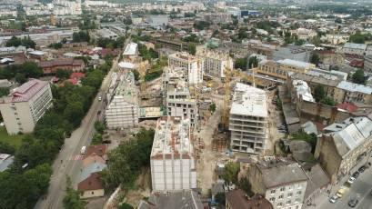 ЖК «Містечко Підзамче»: в секції В-1 третьої черги комплексу «Новий Форт» виконується влаштування дахових конструкцій