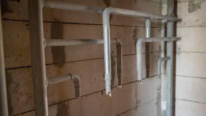 У другій та третій секціях будинку №3 триває розведення горизонтальних мереж системи водо- та теплопостачання